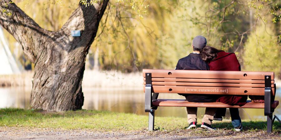 Photographie de couple sur un banc de parc