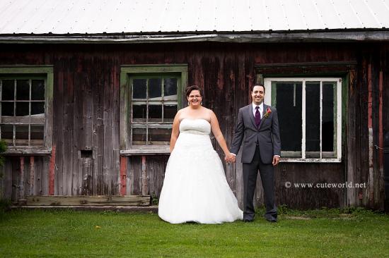 mariés devant une grange