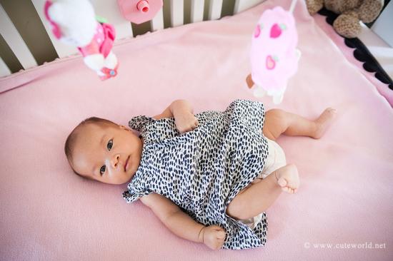 photographie bébé dans son lit