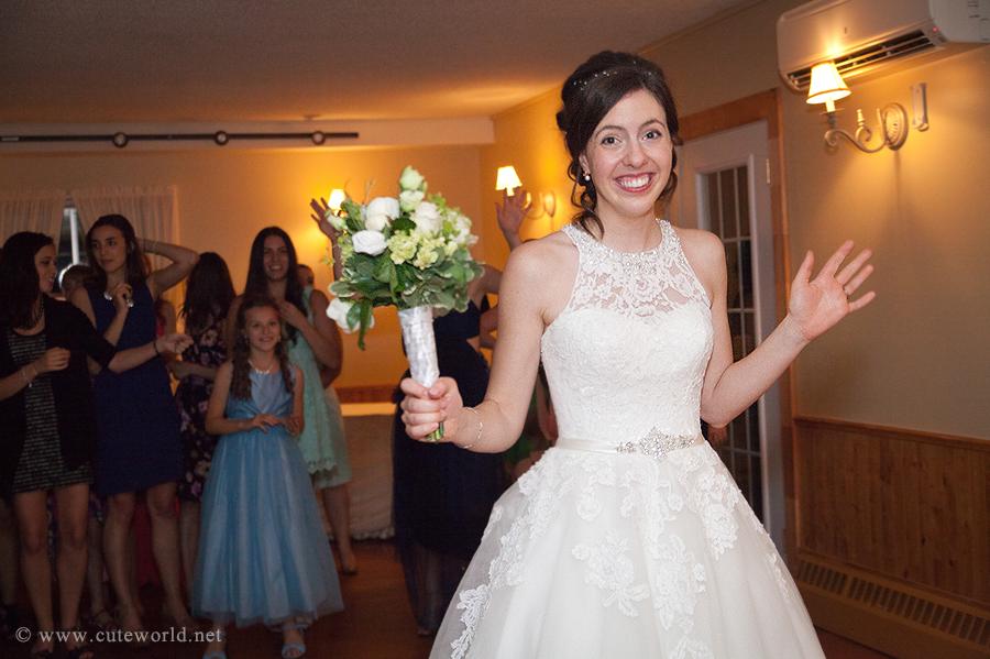 photographie mariage lancer bouquet