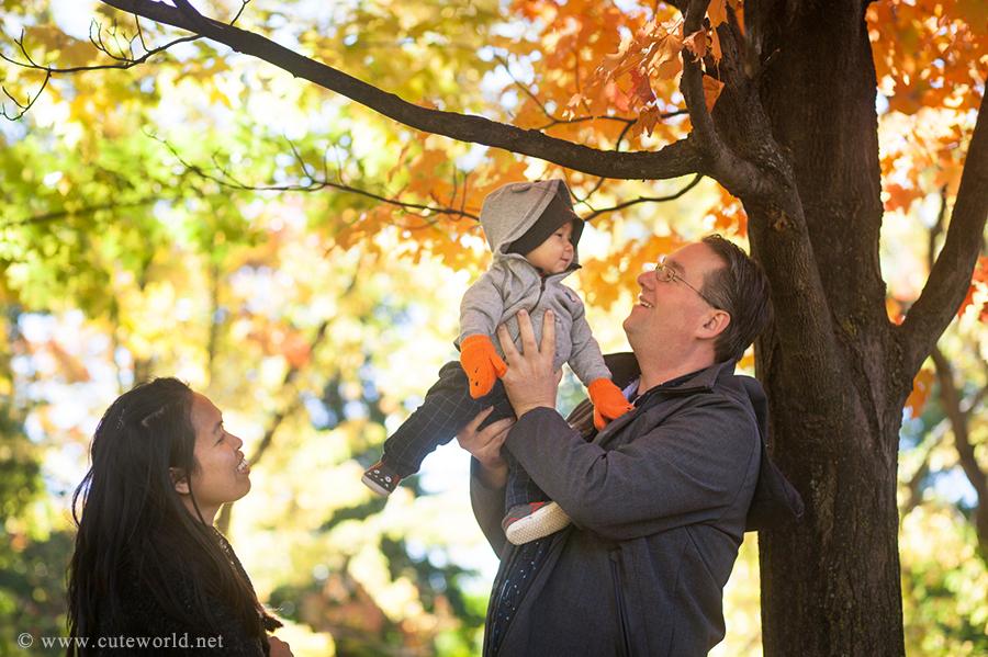 maman-papa-bebe-photo-famille-automne-parc-jeux